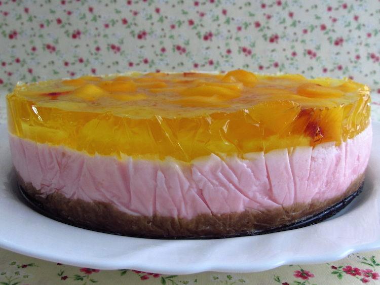 Semifrio de pudim, gelatina e frutas num prato