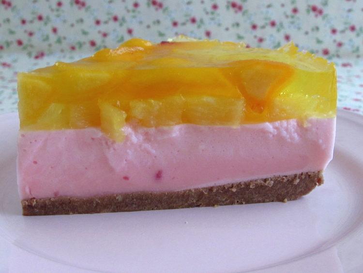 Fatia de semifrio de pudim, gelatina e frutas num prato