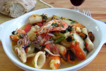 Caldeirada de marisco num prato