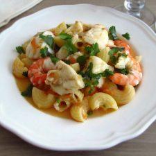 Massada de tamboril e camarão num prato