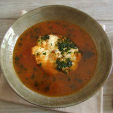 Sopa de tomate com cação num prato