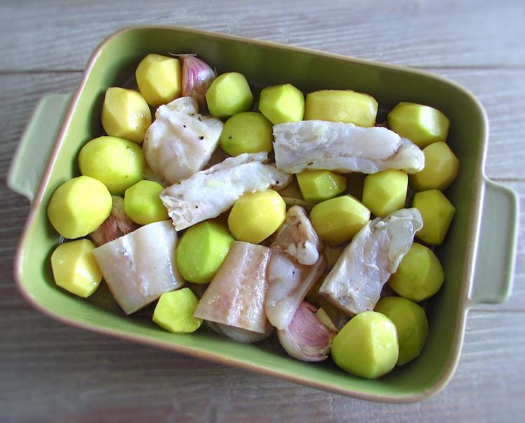 Tamboril com batatas numa assadeira temperado com sumo de limão, vinho branco, pimenta e sal