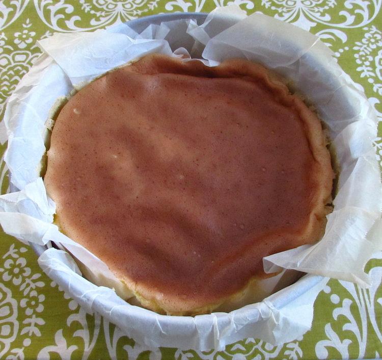 Pão de ló de Alfeizerão numa forma de bolos redonda