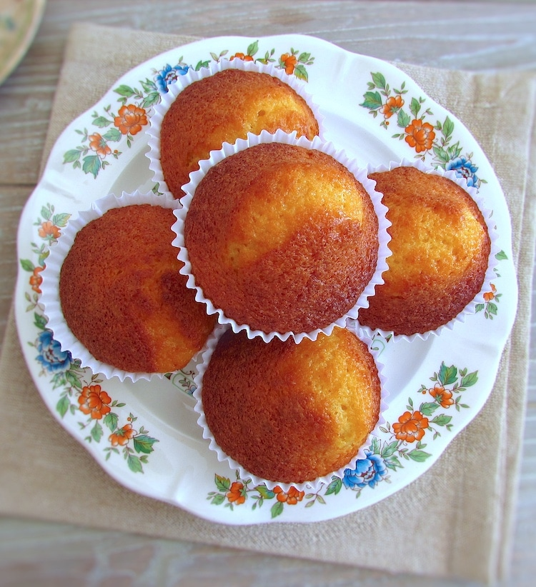 Queques de laranja e baunilha num prato