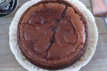 Bolo de chocolate cremoso num prato