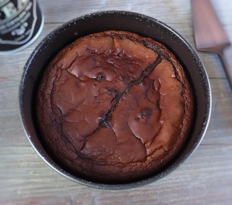 Bolo de chocolate cremoso numa forma de bolos redonda