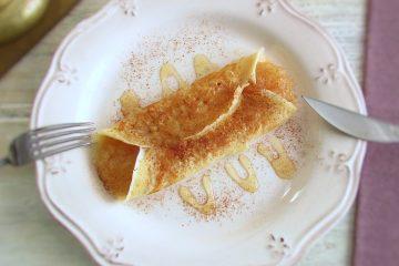 Crepe recheado com doce de maçã num prato