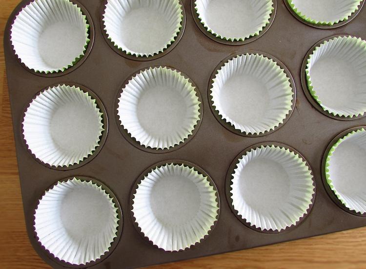 Formas de queques forradas com formas de papel