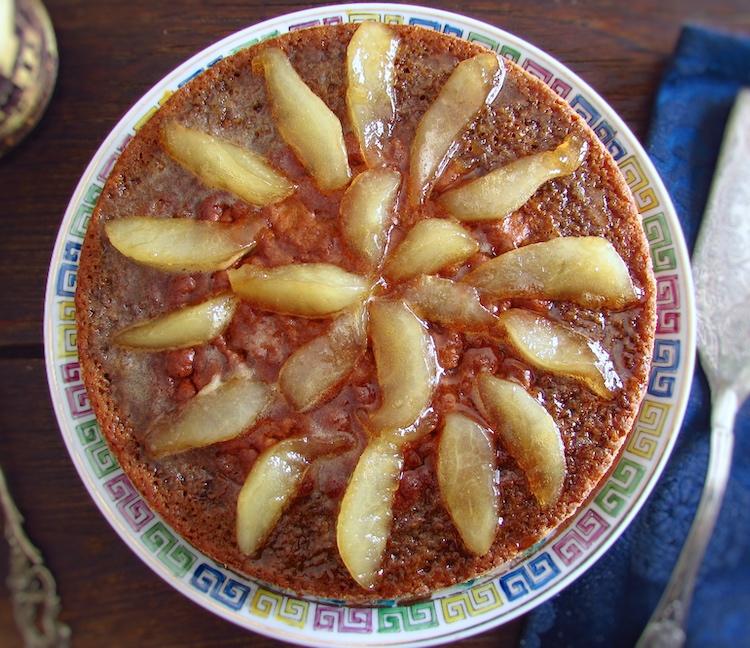 Bolo de alecrim coberto com pera caramelizada num prato