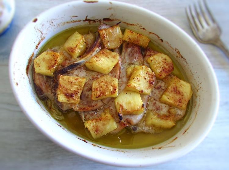 Costeletas no forno com ananás numa assadeira