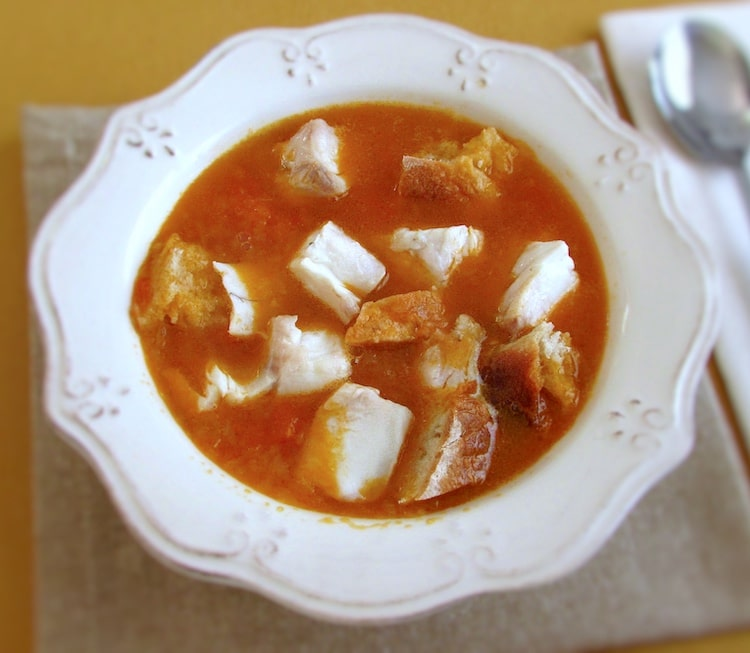 Sopa de corvina num prato de sopa