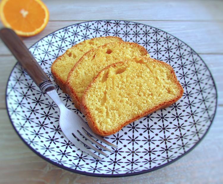 Fatias de bolo de laranja e leite num prato