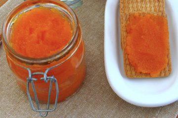 Doce de cenoura num frasco com bolachas