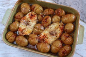 Garoupa com batatas no forno numa assadeira