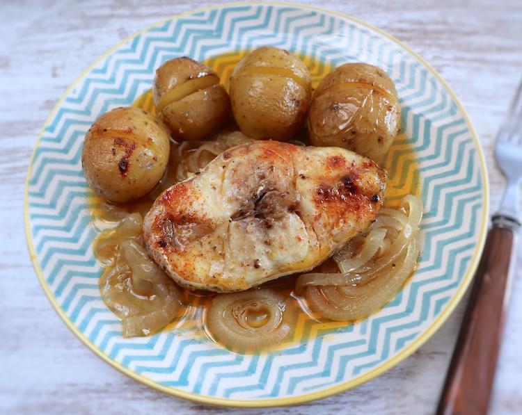 Garoupa com batatas no forno num prato