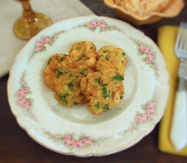 Pataniscas de peixe num prato
