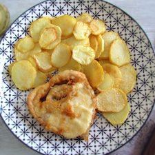 Peixe com batatas fritas num prato