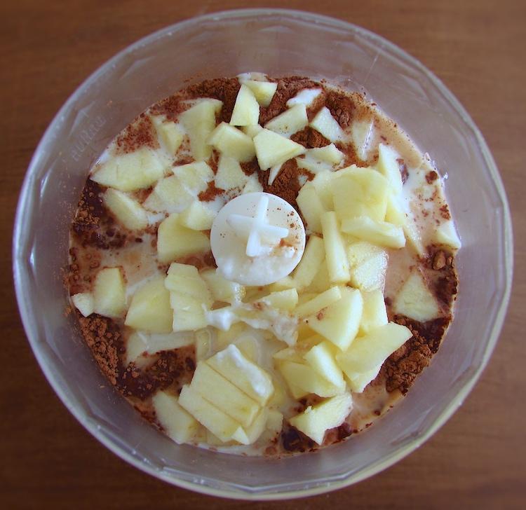 Chocolate em pó, maçã, canela, açúcar, leite e iogurte num liquidificador