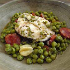 Ervilhas com pescada num prato