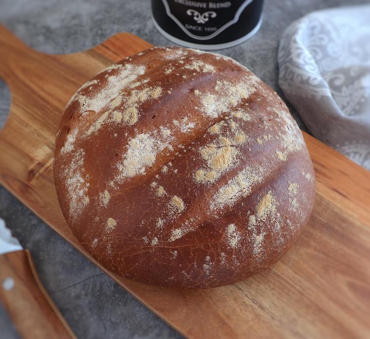 Pão simples numa tábua de madeira