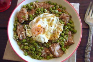 Ervilhas com entrecosto e ovos escalfados num prato fundo