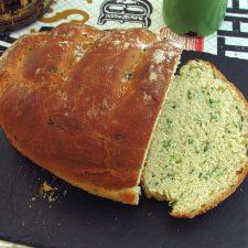 Pão de coentros e alho numa mesa