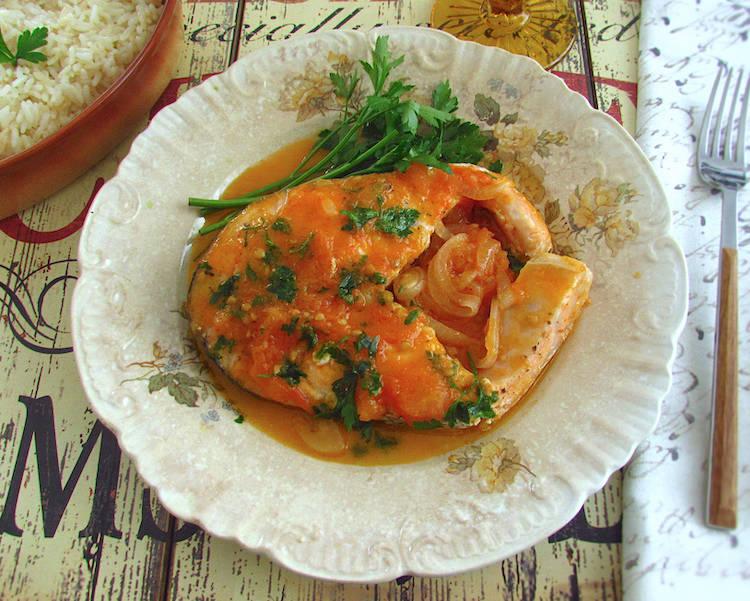 Salmão em molho de tomate num prato