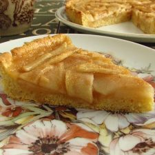 Fatia de tarte de pera e mel num prato