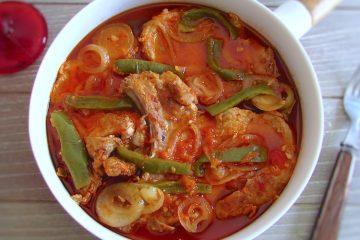 Costeletas em molho de tomate num prato fundo