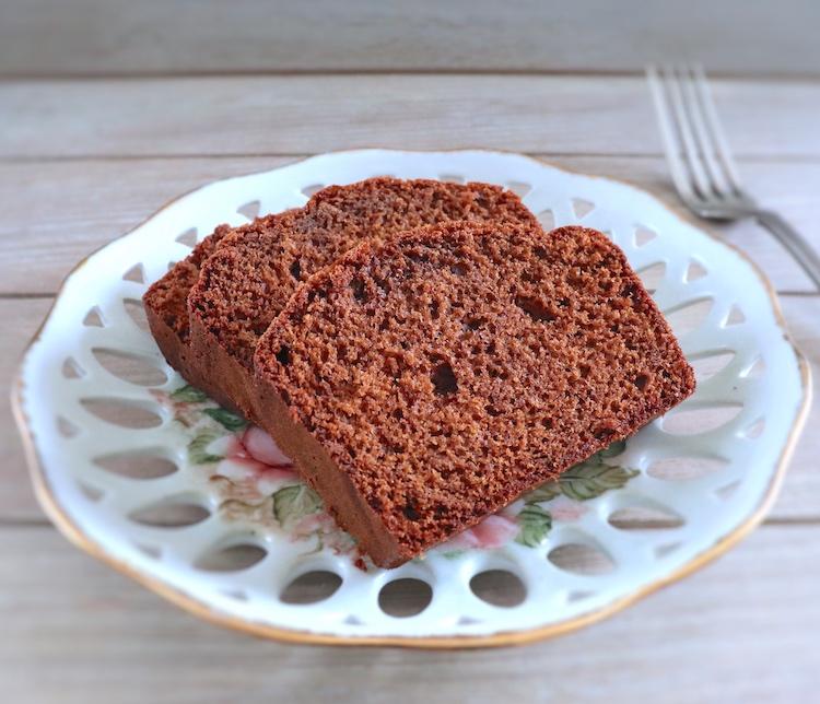 Fatias de bolo de chocolate com caramelo e mel num prato
