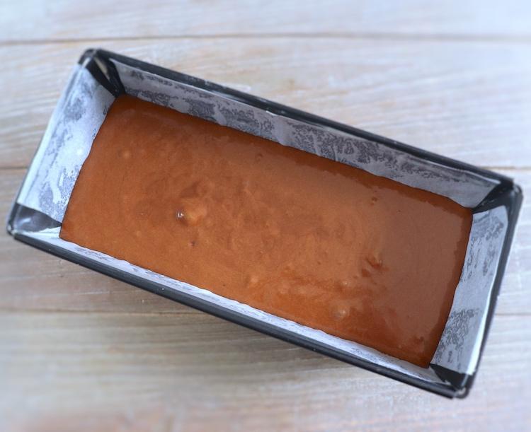 Massa de bolo de chocolate com caramelo e mel numa forma de bolos rectangular