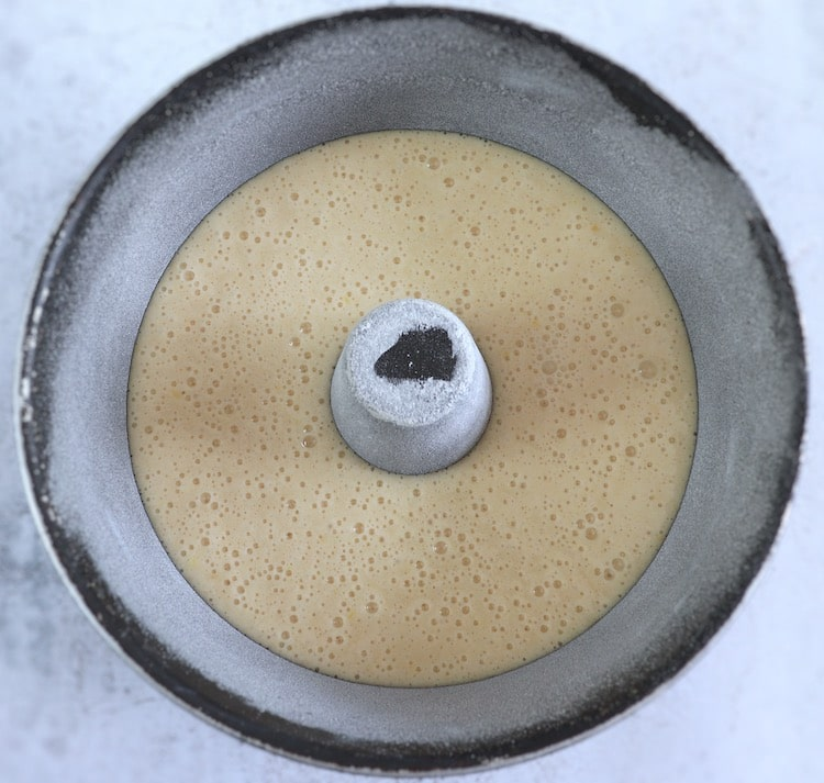 Massa de bolo de claras numa forma de bolos redonda com furo no meio