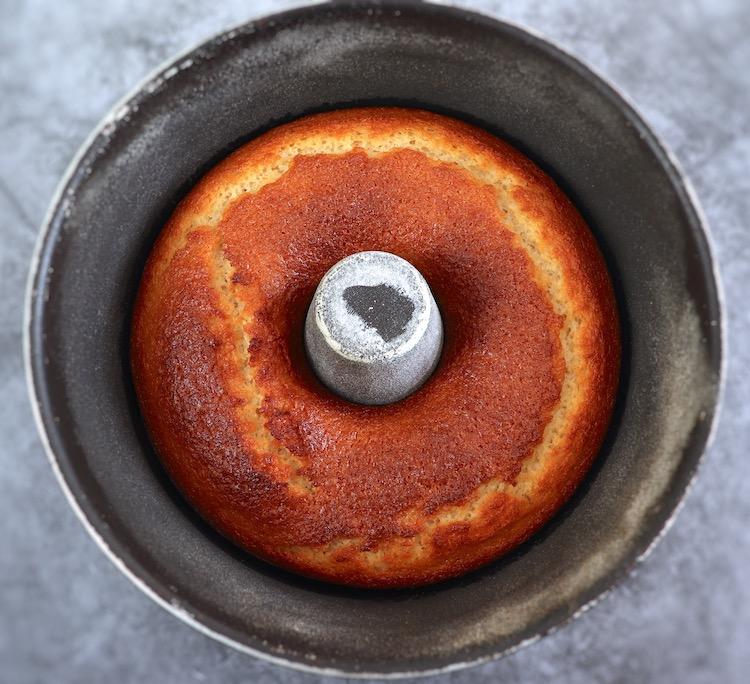 Bolo de claras numa forma de bolos redonda com furo no meio