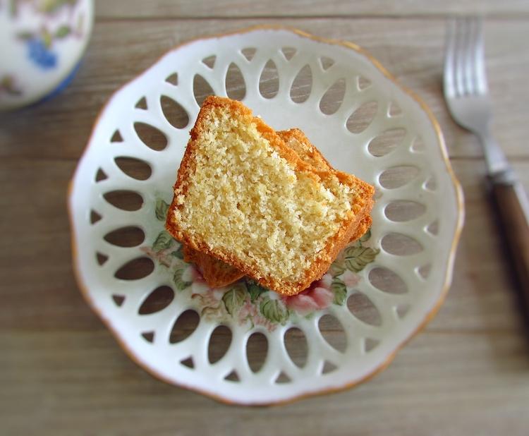 Fatia de bolo de claras num prato
