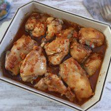 Frango no forno com molho delicioso numa assadeira