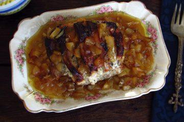 Lombo de porco no forno com maçã numa travessa