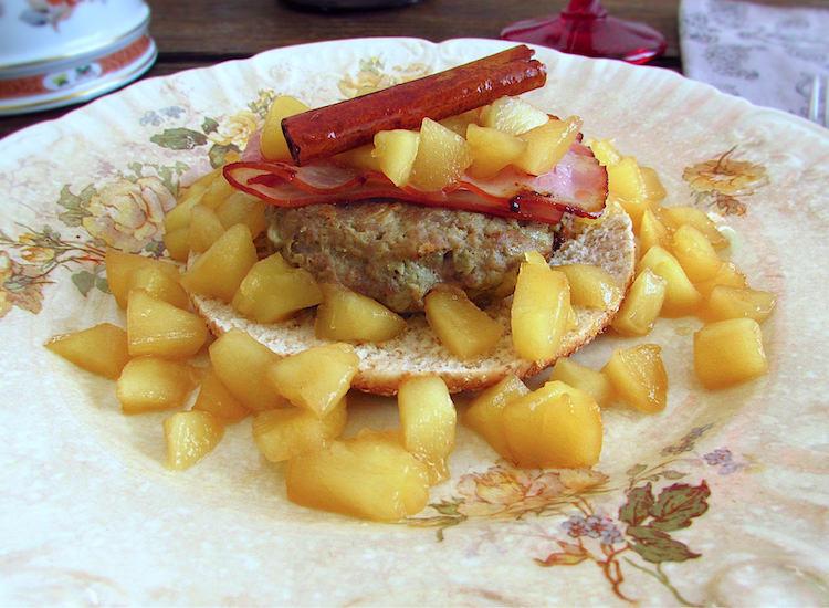 Hambúrguer com maçã e bacon num prato