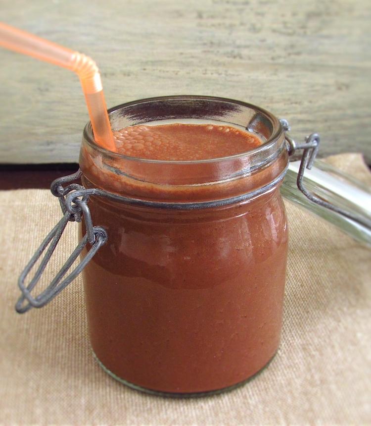 Batido de chocolate e laranja num copo