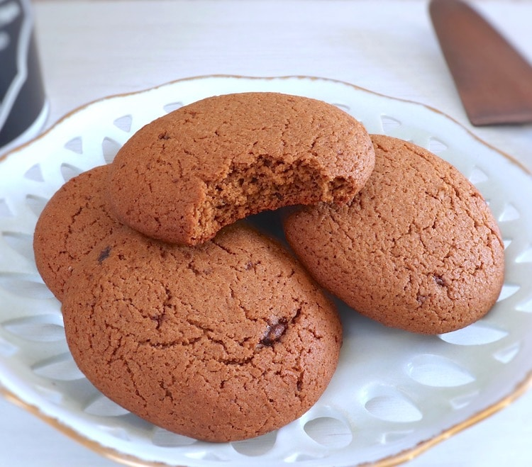 Simple cinnamon cookies on a plate