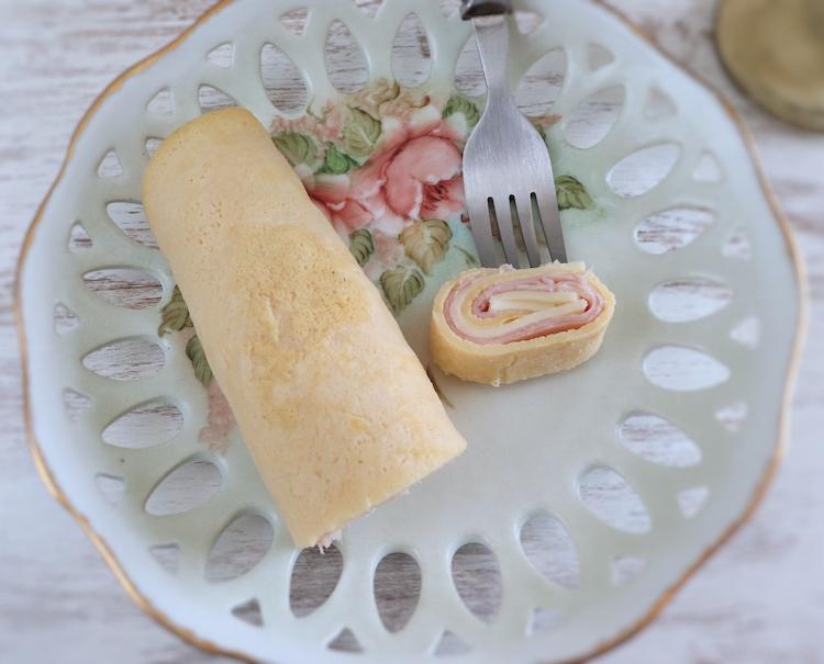 Crepe com fiambre e queijo num prato