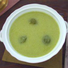 Sopa cremosa de brócolos servida numa terrina