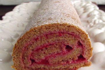 Torta de canela recheada com creme de morangos numa travessa