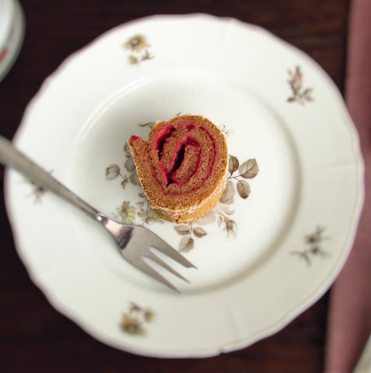 Torta de canela recheada com creme de morangos | Food From Portugal