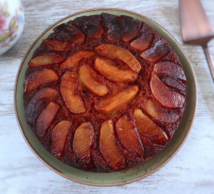 Bolo de maçã caramelizado num prato