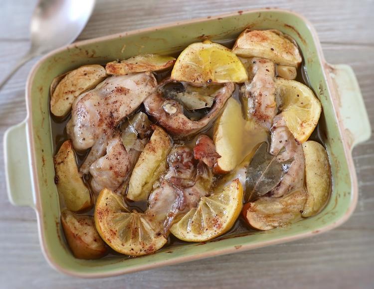 Coelho no forno com maçã e limão numa assadeira