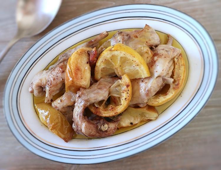 Coelho no forno com maçã e limão numa travessa