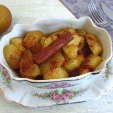 Delícia de maçã reineta e canela numa pequena terrina