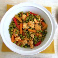 Guisado de frango com vegetais servido numa terrina