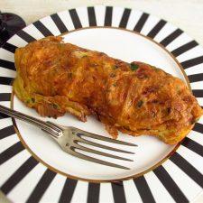 Omelete de frango num prato