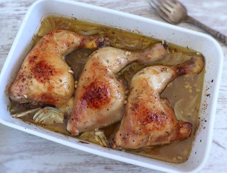 Coxas de frango no forno com limão e mel numa assadeira